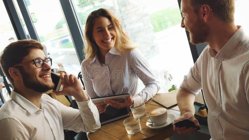 Jonge bedrijfsmensen die een koffiepauze hebben stock afbeelding