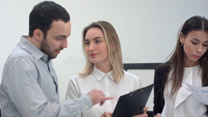 Jonge bedrijfsmensen die marktonderzoek bespreken met collega's stock afbeeldingen