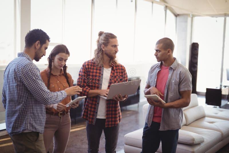 Jonge bedrijfsmensen die op creatief kantoor samenwerken stock foto's