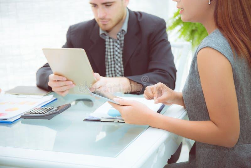 jonge bedrijfsmensen die vergadering maken en voor het analyseren van marketing spreken royalty-vrije stock afbeelding