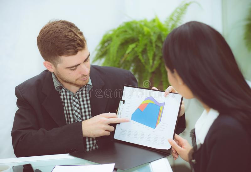 jonge bedrijfsmensen die vergadering maken en voor het analyseren van marketing het werken op kantoor spreken aan bureau royalty-vrije stock fotografie
