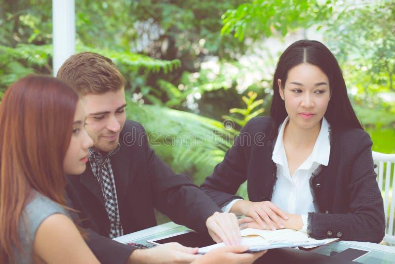 jonge bedrijfsmensen die vergadering maken en voor het analyseren van marketing het werken op kantoor spreken aan bureau stock fotografie