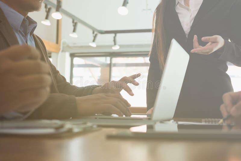 Jonge bedrijfsmensen en ondernemer die een vergadering in offic hebben stock afbeeldingen