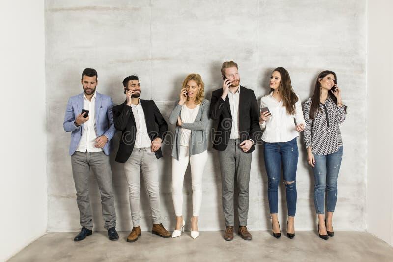 Jonge bedrijfsmensen met mobiele telefoon royalty-vrije stock afbeeldingen