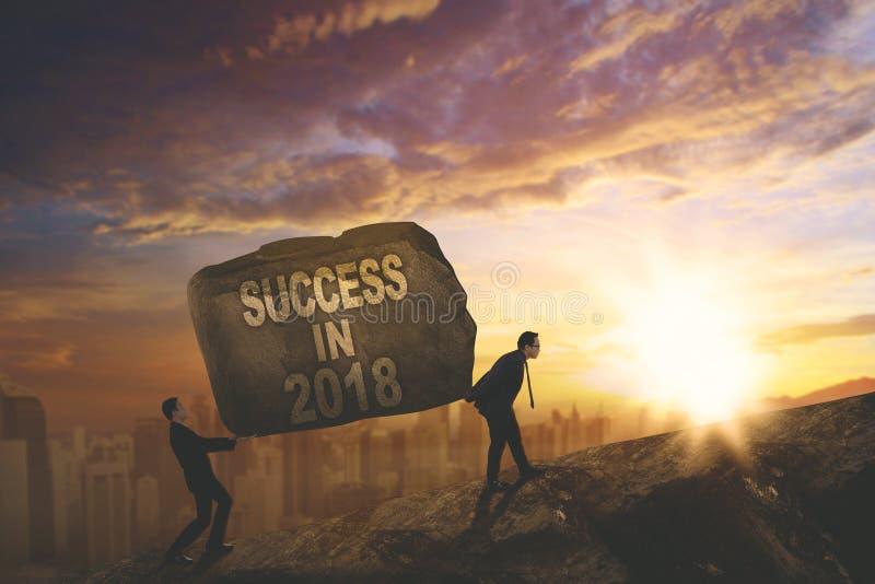 Jonge bedrijfsmensen met tekst van succes in 2018 stock foto