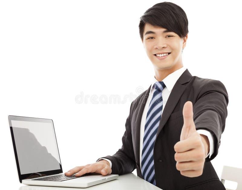 Jonge bedrijfsmensenduim omhoog met laptop royalty-vrije stock fotografie