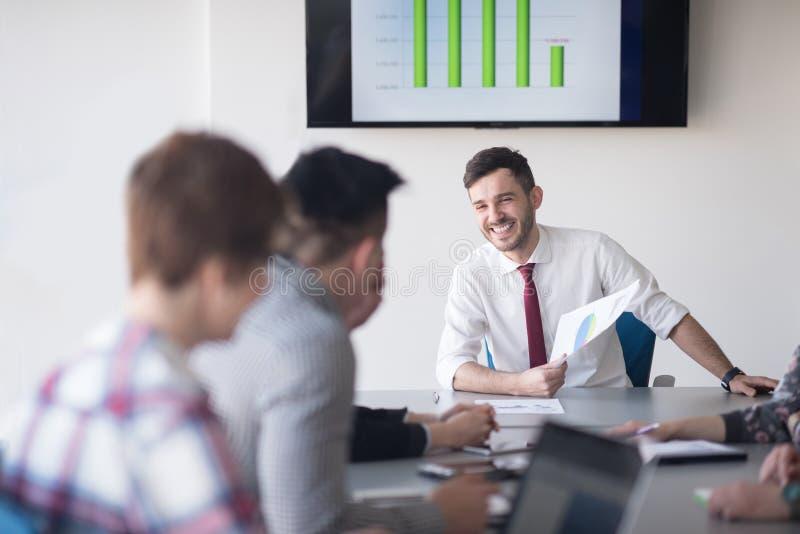 Jonge bedrijfsmensengroep op vergadering op kantoor royalty-vrije stock afbeeldingen