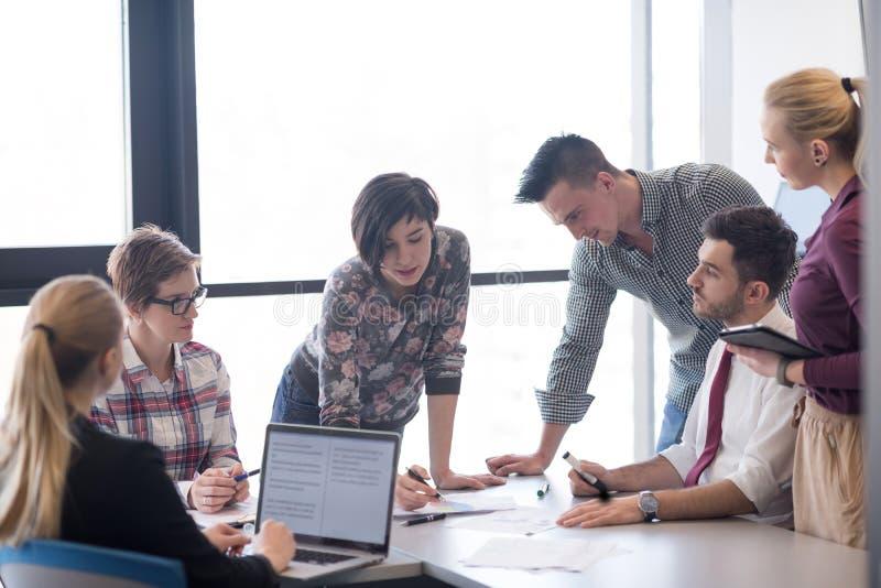 Jonge bedrijfsmensengroep op vergadering op modern kantoor royalty-vrije stock foto