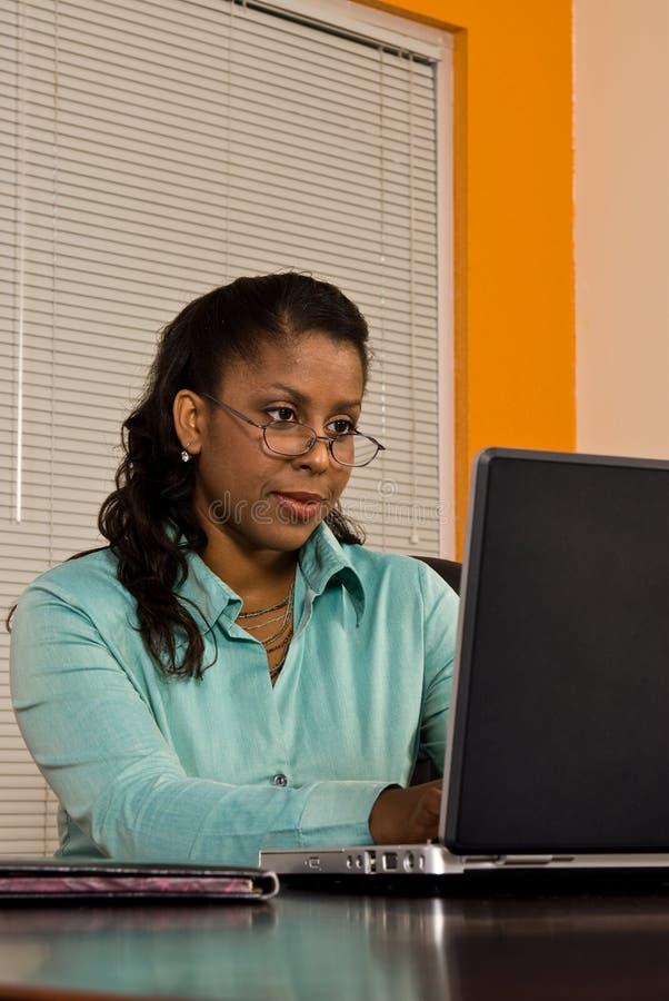 Jonge bedrijfsvrouw bij laptop royalty-vrije stock fotografie