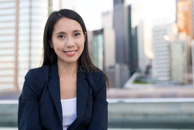 Jonge bedrijfsvrouw bij openlucht stock fotografie