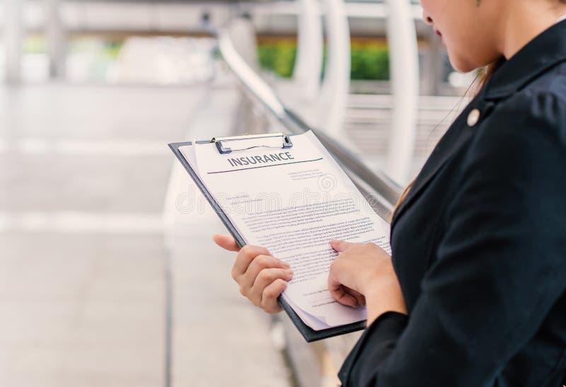 Jonge bedrijfsvrouw die document richten openlucht royalty-vrije stock afbeelding