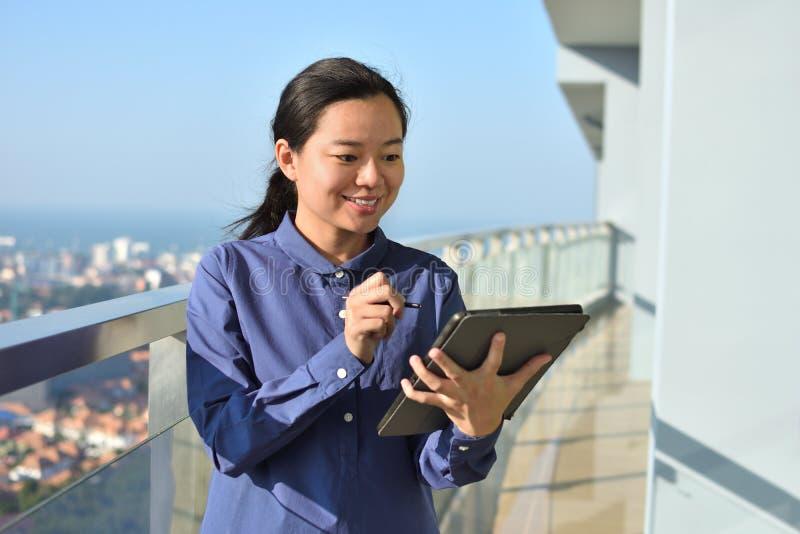Jonge bedrijfsvrouw die een digitale tablet gebruiken stock foto
