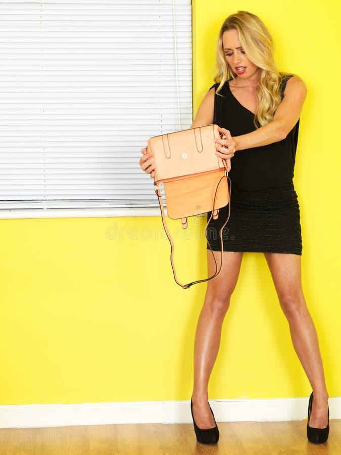 Jonge Bedrijfsvrouw die een Roze Handtas houden royalty-vrije stock afbeelding