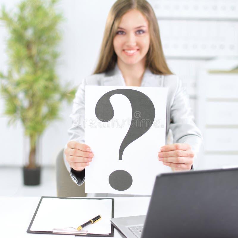 Jonge bedrijfsvrouw die een vraagteken tonen, stock afbeeldingen
