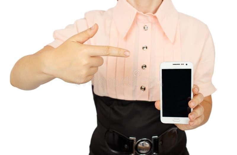 Jonge bedrijfsvrouw die met zwarte vertoning van mobiele telefoon tonen royalty-vrije stock afbeeldingen