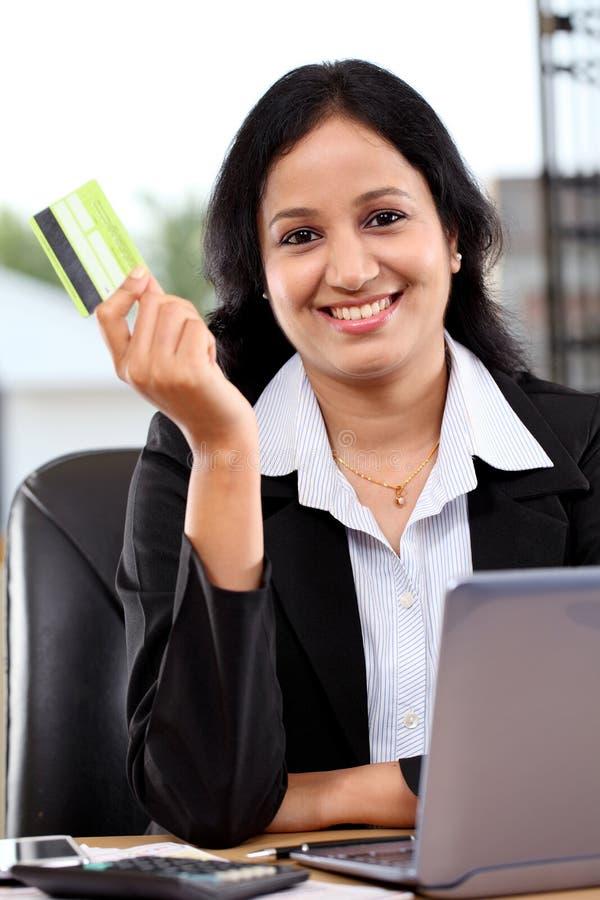 Jonge bedrijfsvrouw die online het winkelen doen stock fotografie