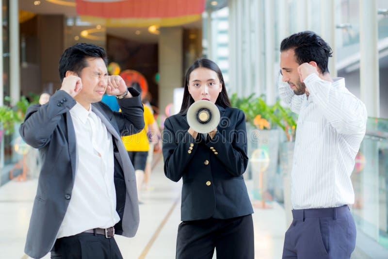 Jonge bedrijfsvrouw die op het kantoor, het schreeuwen en yellin werken royalty-vrije stock foto