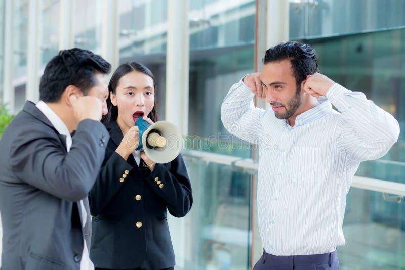 Jonge bedrijfsvrouw die op het kantoor, het schreeuwen en yellin werken stock afbeelding