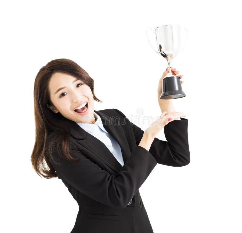 Jonge Bedrijfsvrouw die trofee tonen royalty-vrije stock afbeelding