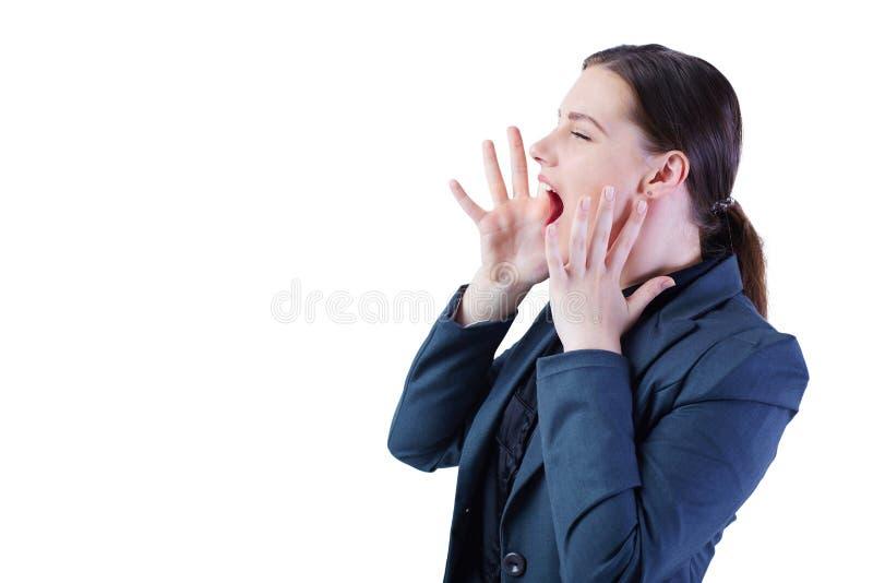 Jonge bedrijfsvrouw in kostuum luid gillen of het roepen van iemand geïsoleerd op wit stock fotografie