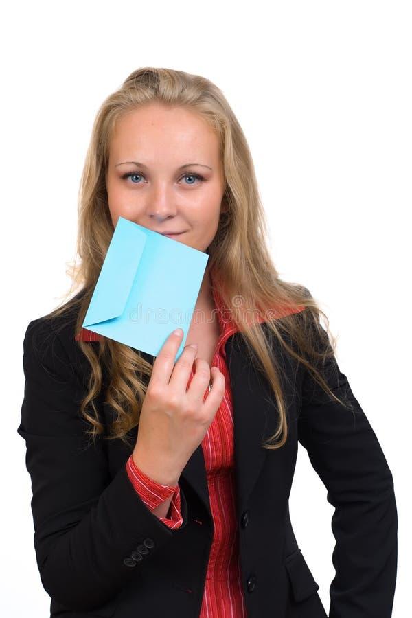 Jonge bedrijfsvrouw met een blauwe envelop royalty-vrije stock afbeelding