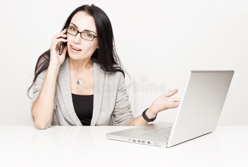 Jonge bedrijfsvrouw met een computer stock foto's