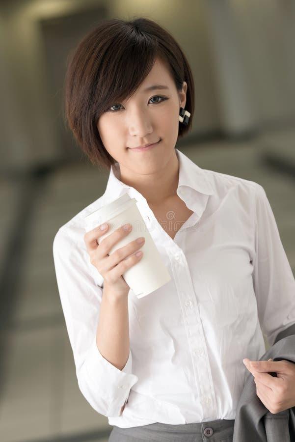 Jonge bedrijfsvrouw met koffie royalty-vrije stock afbeelding