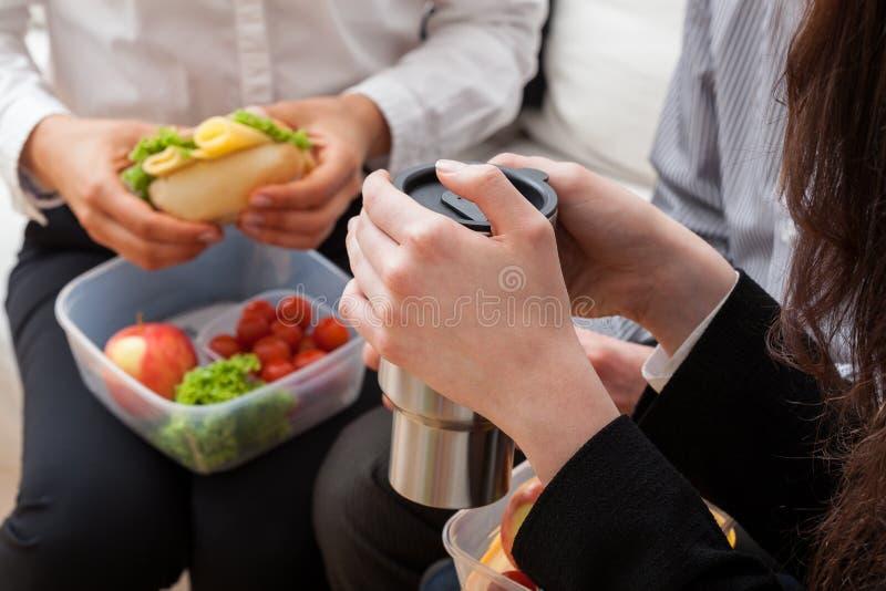 Jonge bedrijfsvrouw met lunchdoos royalty-vrije stock fotografie