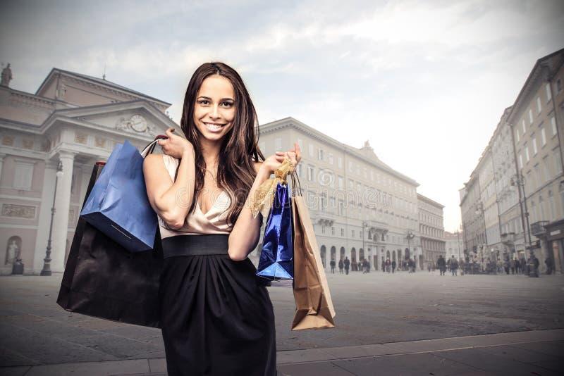 Jonge bedrijfsvrouw met veel het winkelen zakken stock fotografie