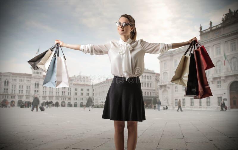 Jonge bedrijfsvrouw met veel het winkelen zakken royalty-vrije stock foto