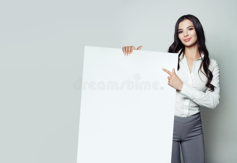 Jonge bedrijfsvrouw met witte lege document banner royalty-vrije stock afbeelding