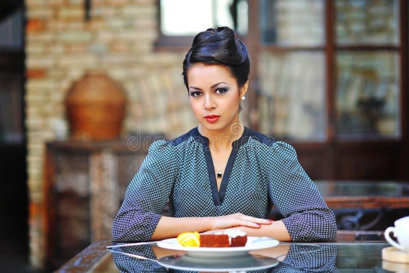 Jonge bedrijfsvrouw op middagpauze in koffie of restaurant stock afbeeldingen