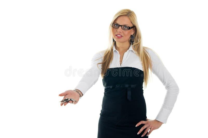 Jonge bedrijfsvrouwen die sleutels weggeven stock foto's