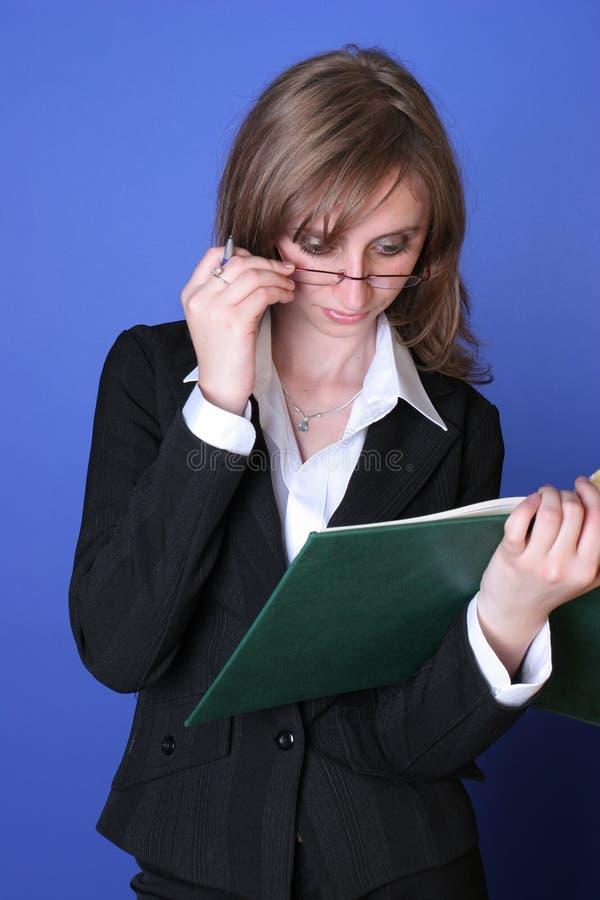 Jonge bedrijfsvrouwenlezing stock foto