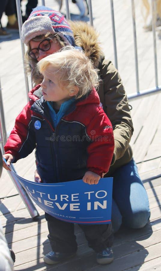 Jonge Bernie Sanders-verdediger tijdens de presidentiële verzameling kandidaat van Bernie Sanders bij iconische Coney Island-prom royalty-vrije stock foto