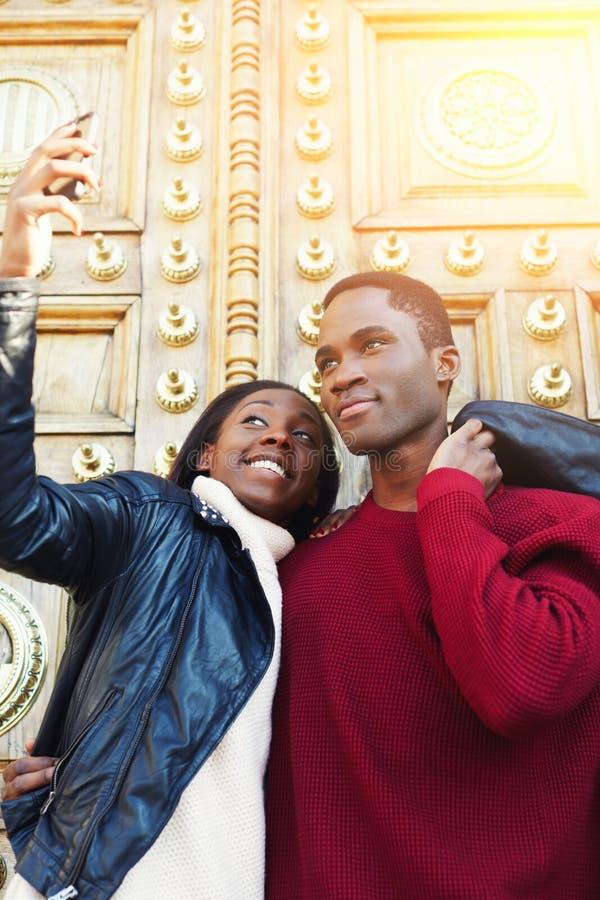 Jonge beste vrienden die terwijl het maken van zelfportret op celtelefoon voor sociaal netwerkbeeld stellen royalty-vrije stock foto