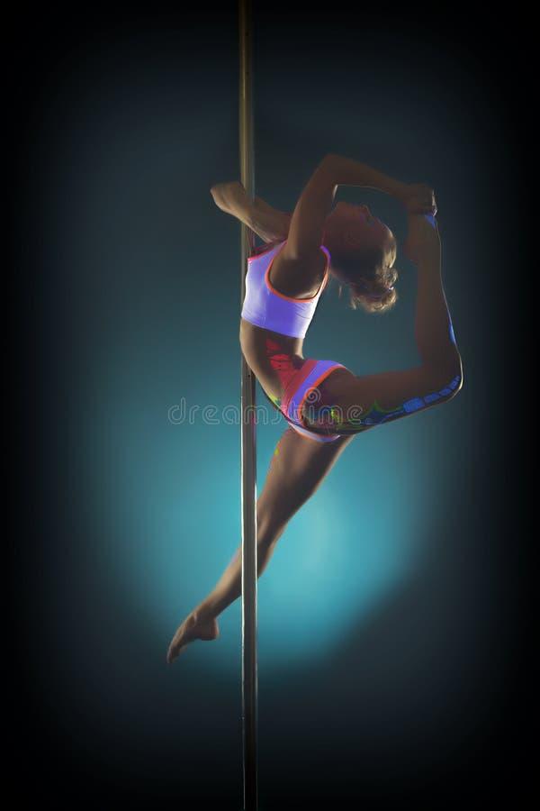 Jonge bevallige vrouw die op pool dansen royalty-vrije stock fotografie
