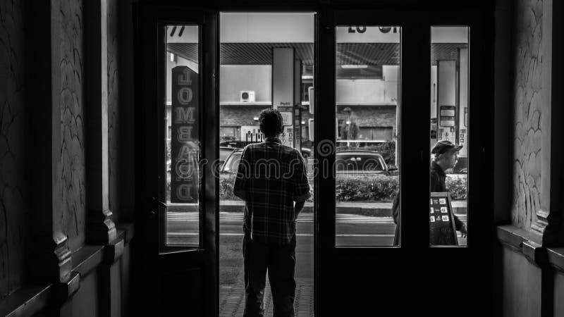 Jonge bevindende mens bij de deuren royalty-vrije stock afbeelding