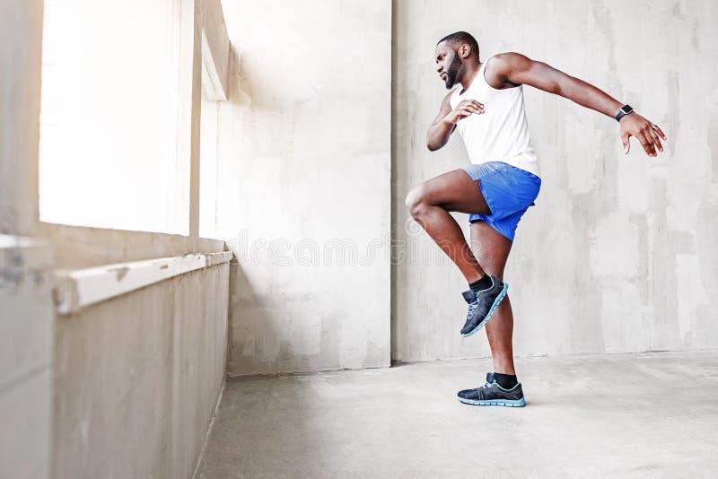 Jonge blauwe atleet die gaan uit springen royalty-vrije stock afbeeldingen