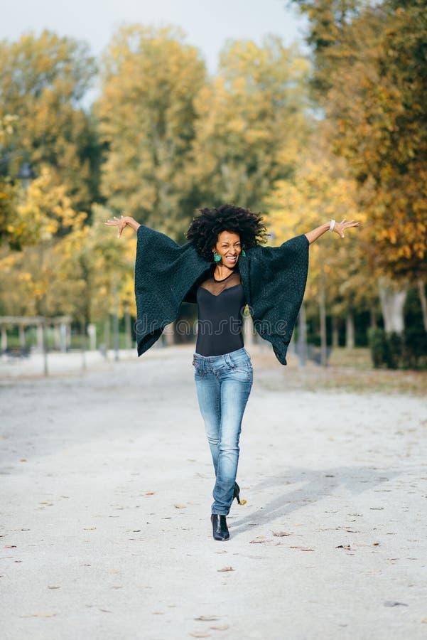 Jonge blije vrouw die in de herfst dansen royalty-vrije stock foto