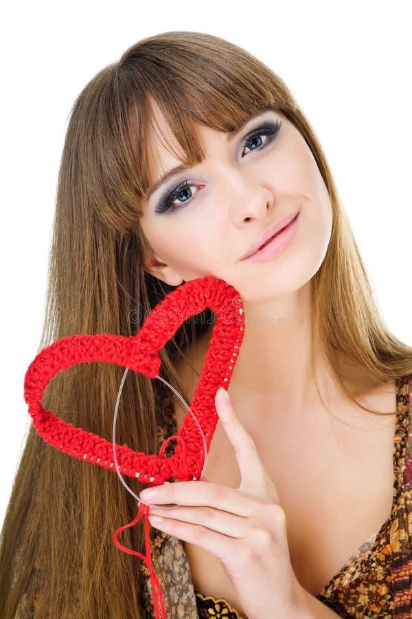 Jonge blond met een rood breit hart stock fotografie