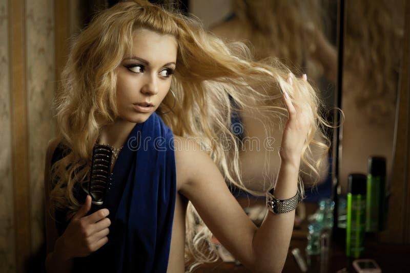 Jonge blond over de spiegel royalty-vrije stock fotografie