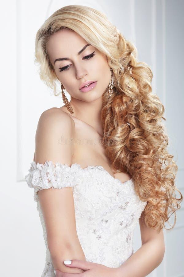 Jonge blonde bruid stock foto's