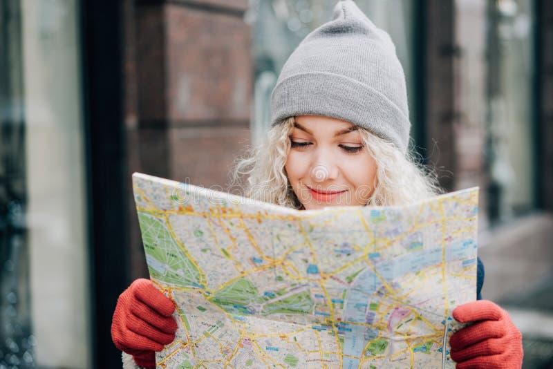 Jonge blonde krullende mooie vrouwelijke toerist stock afbeelding