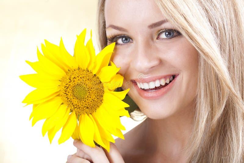 Jonge blonde meisje en zonnebloem stock fotografie
