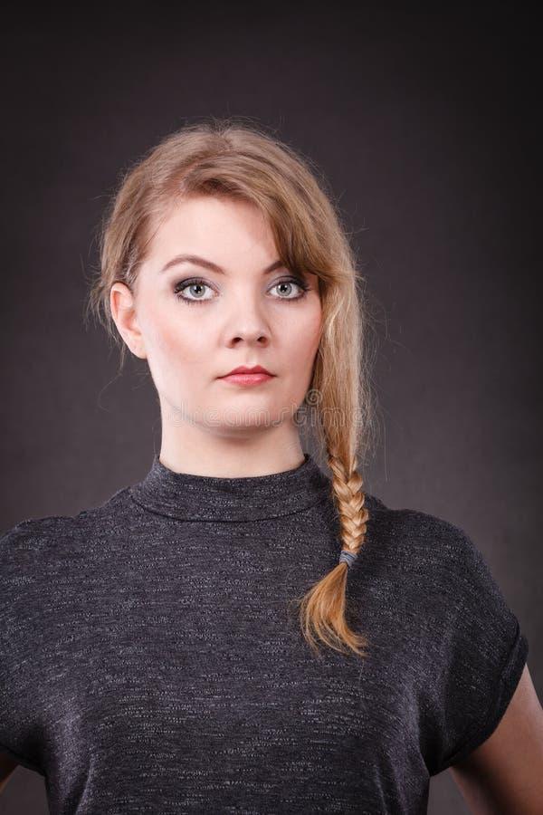 Jonge blonde peinzende vrouw stock afbeeldingen