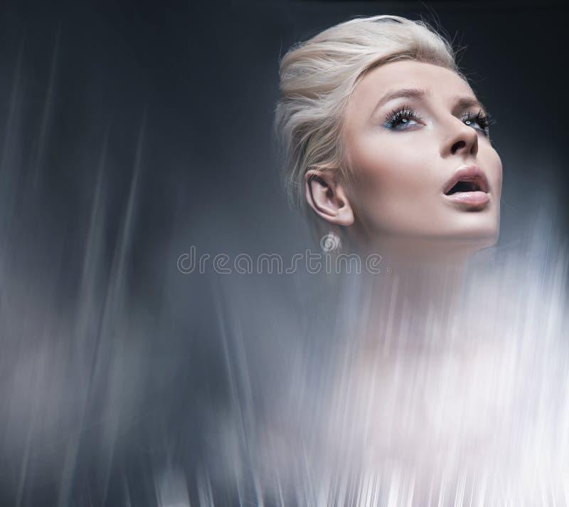 Jonge blonde schoonheid stock foto