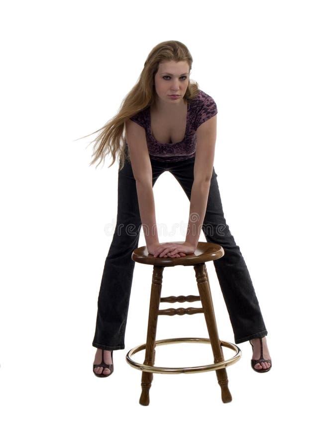 Jonge Blonde Vrouw die op Kruk leunt stock afbeelding
