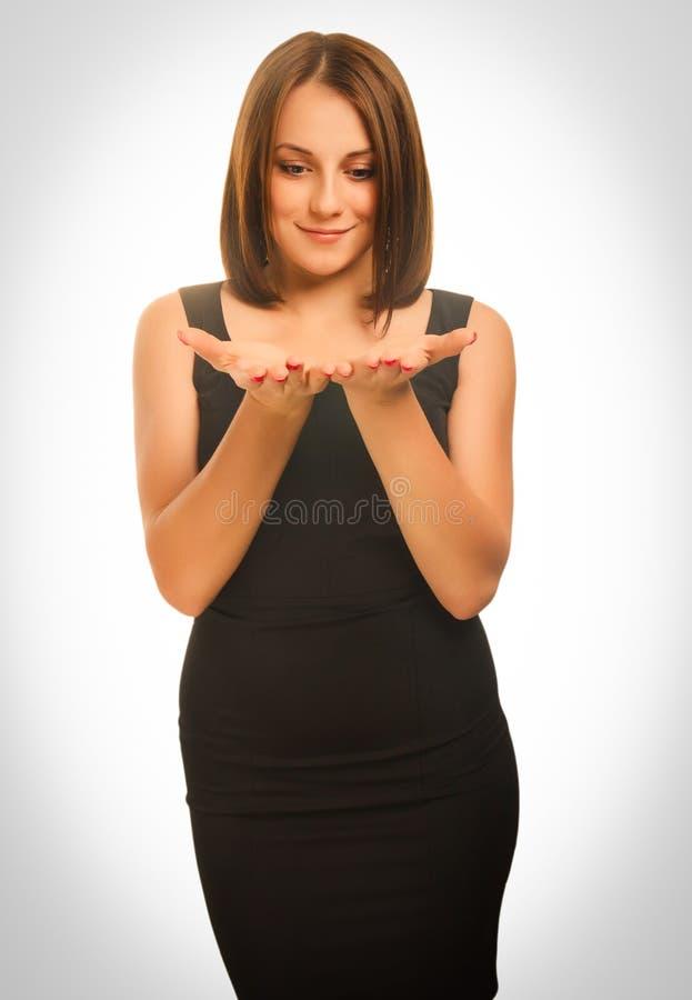 Jonge blonde vrouw die open handholding tonen stock fotografie