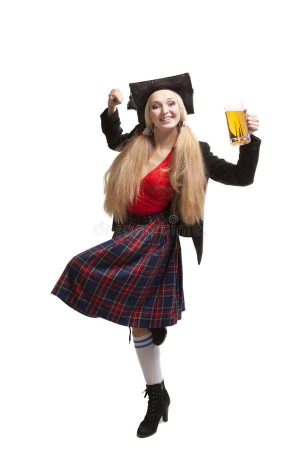 Jonge blonde vrouw met biermok stock fotografie